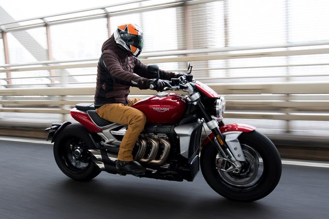 すべてが規格外のトライアンフ ロケット3 R!量産バイク世界最大排気量2,500ccメガファイターの魅力とは!?の写真