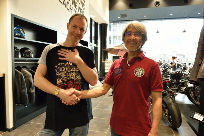 マン島Southern 100/Manx Grand Prix チャンピオン、エイドリアン・カーショー氏がトライアンフ東京を訪問の画像