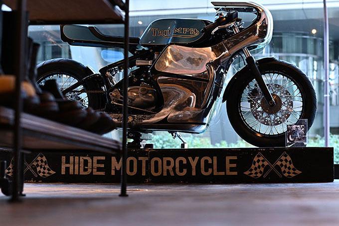 ト「ON THE ROAD'20~THE HIDE MOTORCYCLE Supported by NEUTRAL & RUDE GALLERY~」トライアンフのボンネビルボバーを宝石のようなカフェレーサーにカスタムのmain画像